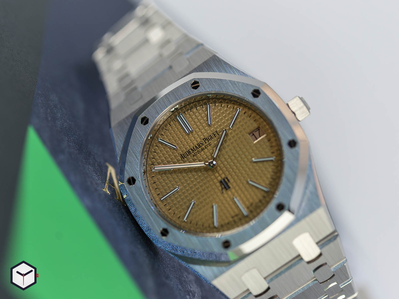 15202bc-oo-1240bc-01-audemars-piguet-royal-oak-jumbo-extra-thin-2019-3.jpg