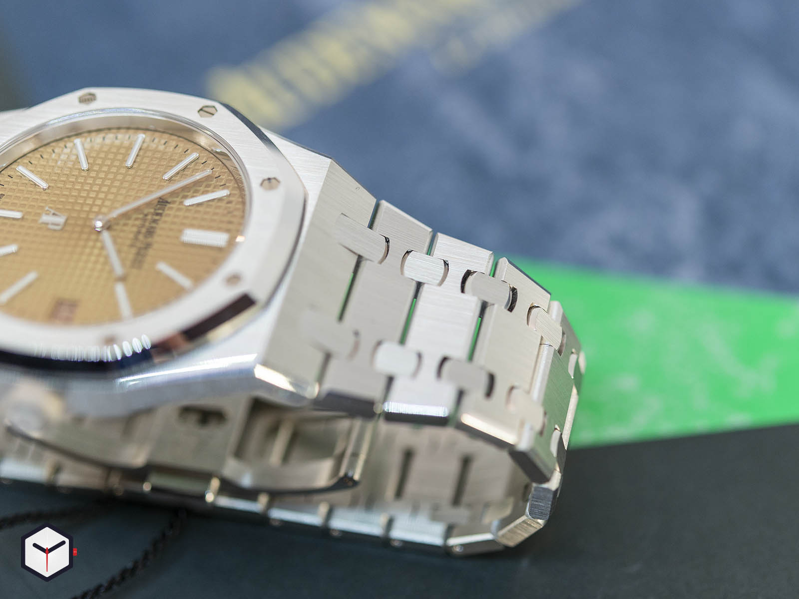 15202bc-oo-1240bc-01-audemars-piguet-royal-oak-jumbo-extra-thin-2019-4.jpg