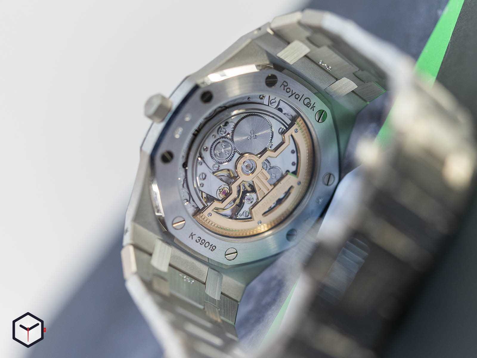 15202bc-oo-1240bc-01-audemars-piguet-royal-oak-jumbo-extra-thin-2019-6.jpg