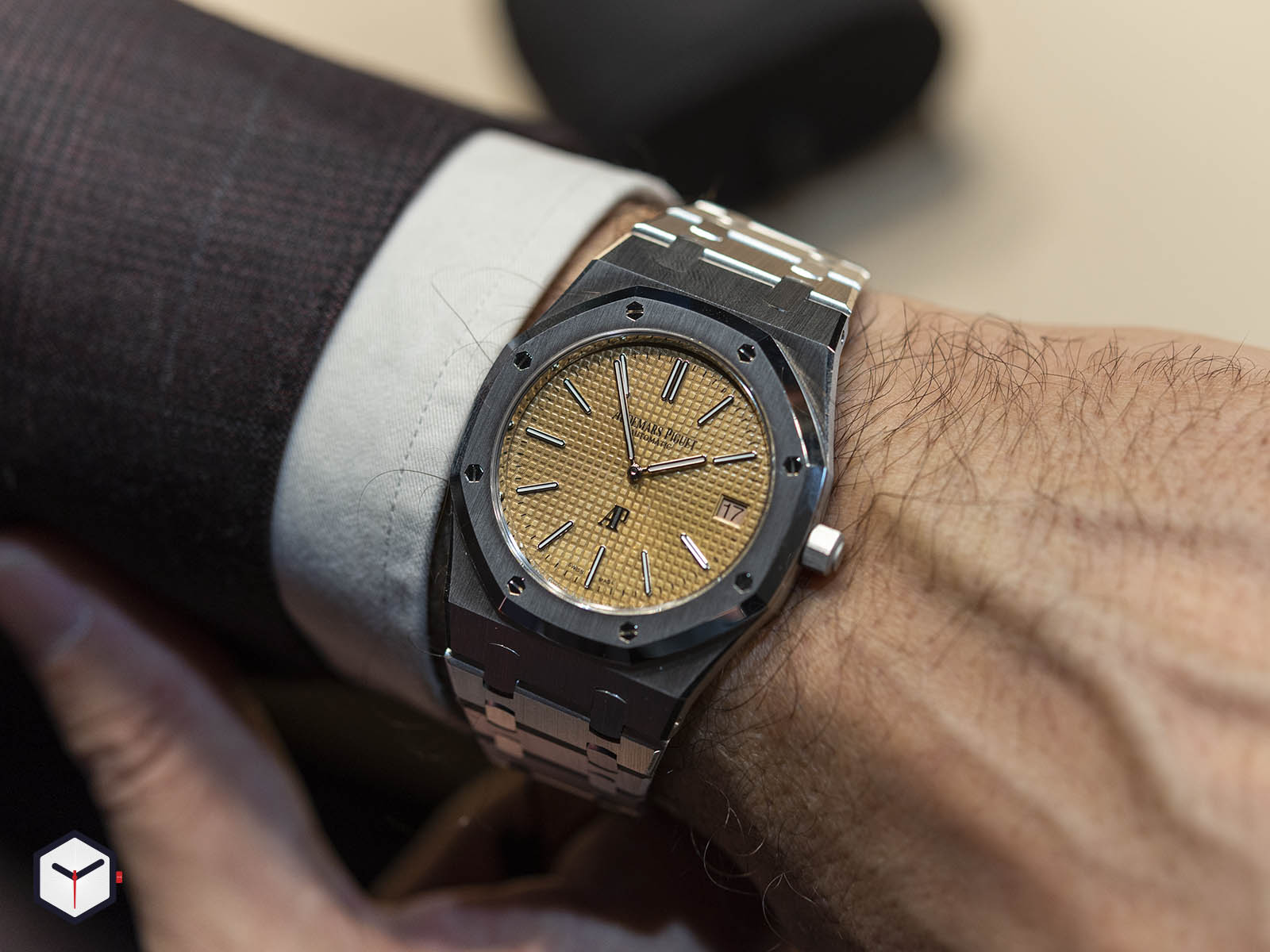 15202bc-oo-1240bc-01-audemars-piguet-royal-oak-jumbo-extra-thin-2019-8.jpg