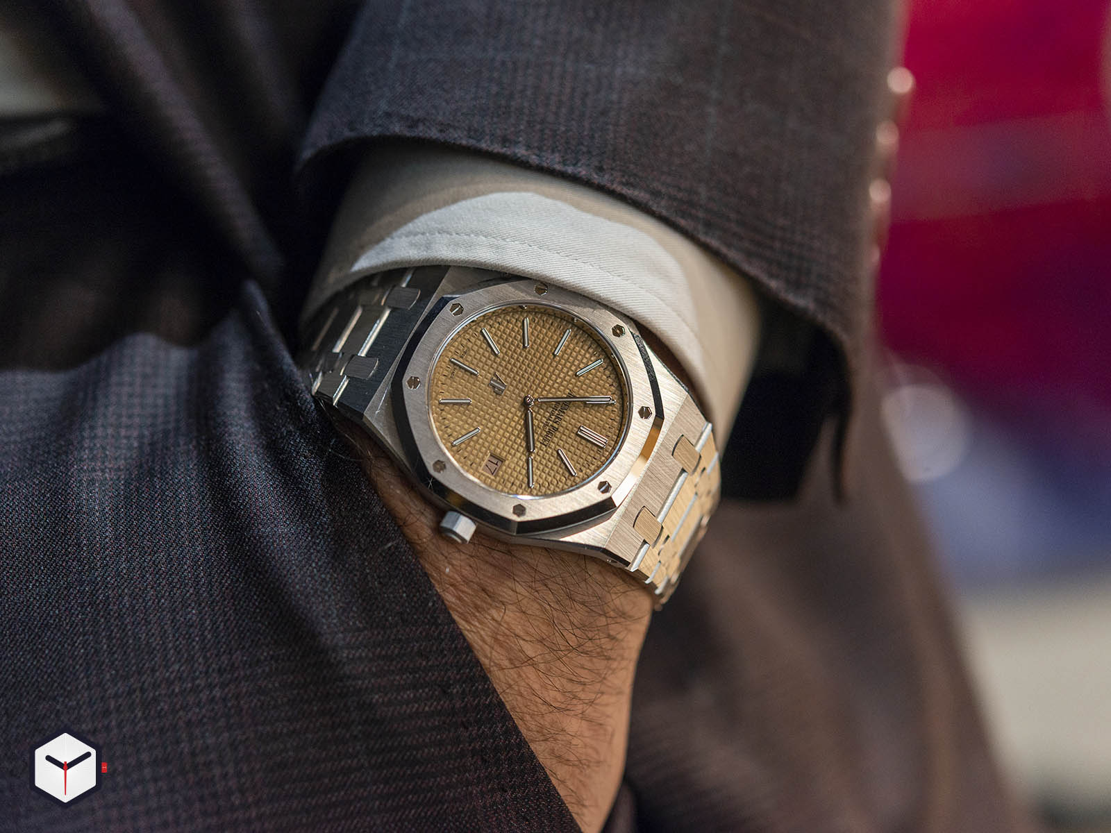 15202bc-oo-1240bc-01-audemars-piguet-royal-oak-jumbo-extra-thin-2019-9.jpg