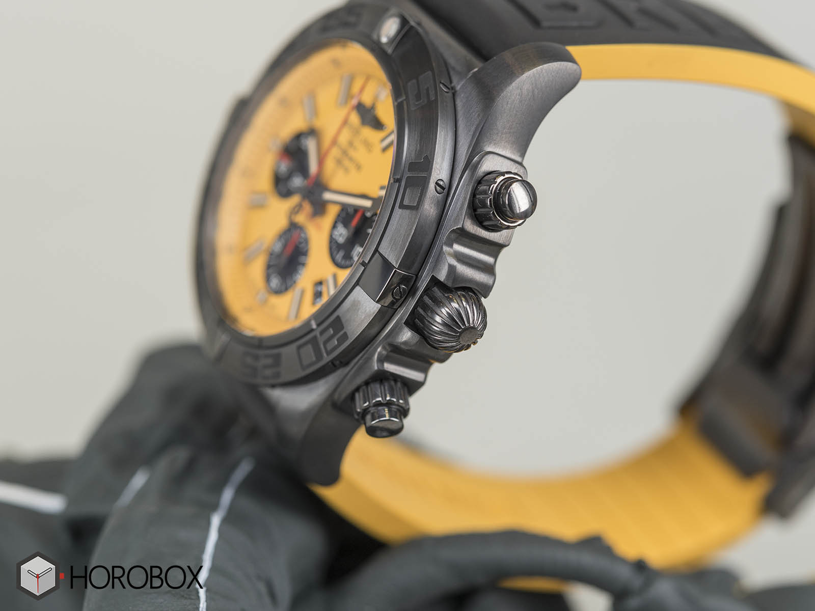 Breitling-Chronomat-44-Blacksteel-Special-Edition-6.jpg