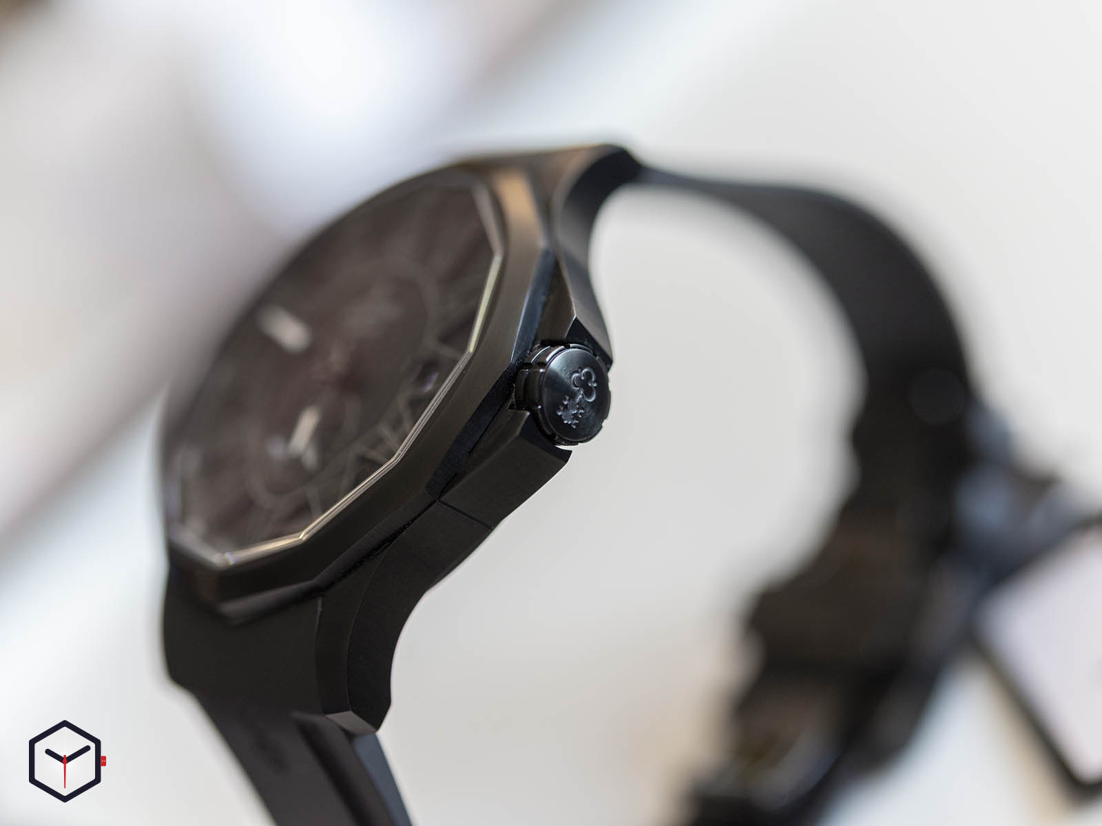 a395-03818-corum-admiral-42-full-black-limited-edition-3.jpg