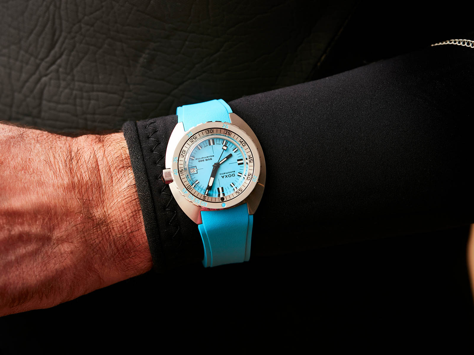 821-10-241-25-doxa-sub300-aquamarine-3.jpg