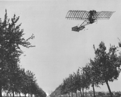 Alberto-Santos-Dumont-flying-the-Demoiselle-1909-.jpg