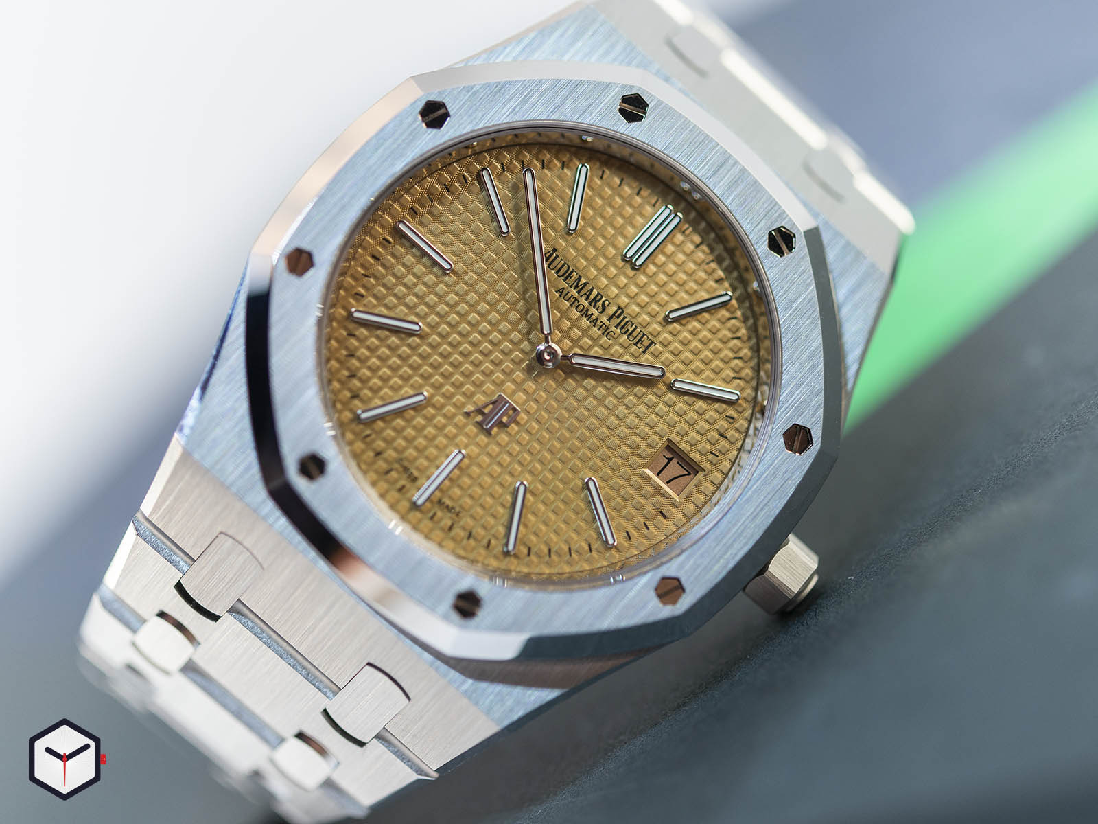 15202bc-oo-1240bc-01-audemars-piguet-royal-oak-jumbo-extra-thin-4.jpg
