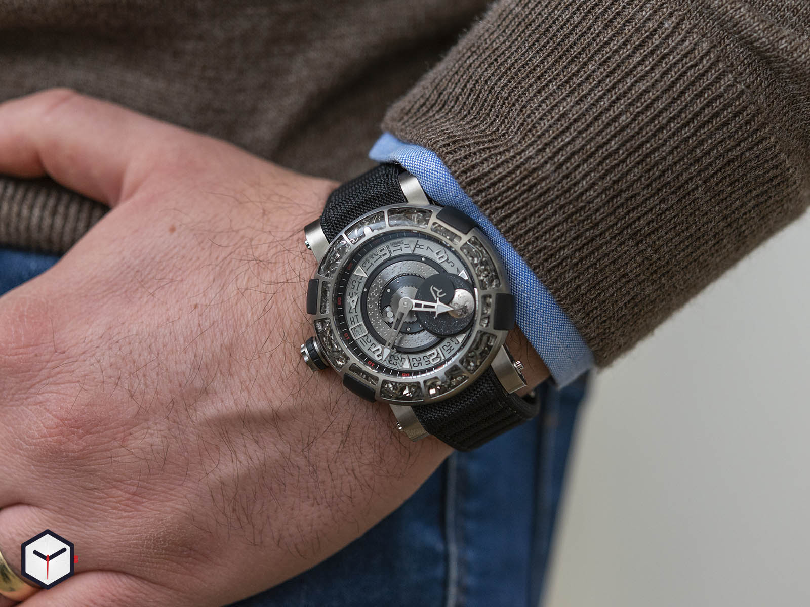 1s45l-tztr-8023-pr-asn19-romain-jerome-arraw-6919-space-titanium-sihh-2019-10.jpg