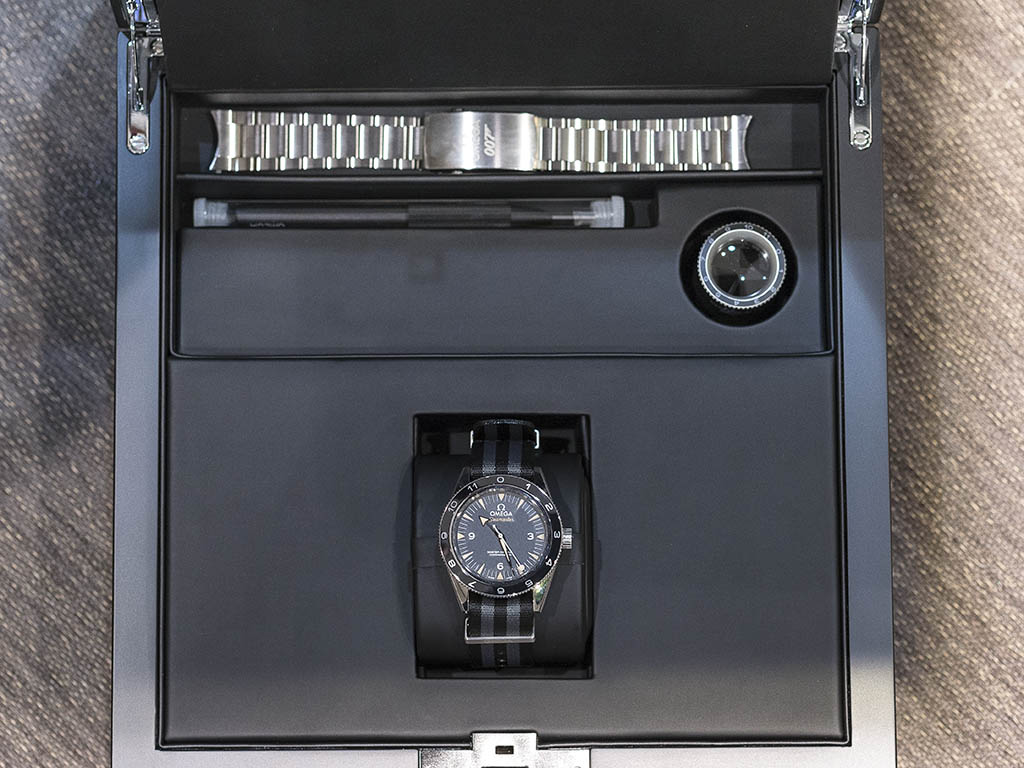 SEAMASTER_300_OMEGA_MASTER_CO-AX-AL_41-MM_-22SPECTRE-22_Limited_Edition_233-32-41-21-01-001_12.jpg